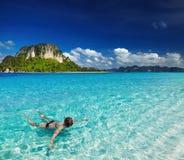 Spiaggia tropicale, navigante usando una presa d'aria Immagini Stock Libere da Diritti