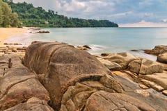 Spiaggia tropicale nel giorno triste del tempo fotografie stock libere da diritti