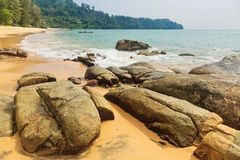Spiaggia tropicale nel giorno triste del tempo fotografia stock libera da diritti