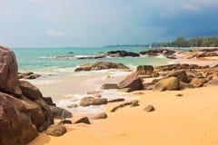 Spiaggia tropicale nel giorno triste del tempo fotografia stock