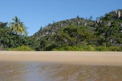 Spiaggia tropicale nel Queensland del nord lontano, Australia immagine stock libera da diritti