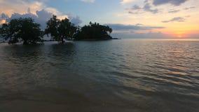 Spiaggia tropicale nel tempo di riflusso sul tramonto video d archivio