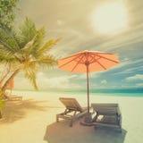 Spiaggia tropicale nell'effetto d'annata di stile Ombrello e sdrai di Sun, letti del sole e palme nell'ambito del backgroud blu d Immagini Stock