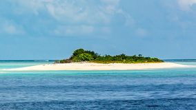 Spiaggia tropicale nuvolosa in Maldive fotografie stock