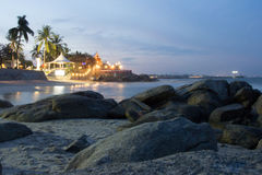 Spiaggia tropicale rocciosa al tramonto alla conclusione di bello spirito di giorno Fotografia Stock