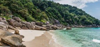 Spiaggia tropicale selvaggia di bello panorama. Mare di Turuoise all'isola di Similan. La Tailandia. Avventura dell'Asia. Fotografie Stock