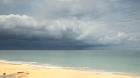 Spiaggia tropicale sotto il cielo tenebroso stock footage