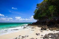 Spiaggia tropicale sull'isola della vasca Fotografia Stock Libera da Diritti