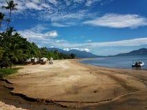 Spiaggia tropicale sull'isola di Ilhabela, sao Sebastiao, Sao Paulo, Brasile Immagini Stock