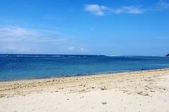 Spiaggia tropicale vuota in Sanur immagine stock