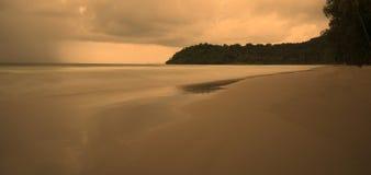 Spiaggia un giorno piovoso Fotografia Stock