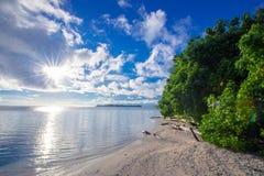 Spiaggia un giorno soleggiato immagine stock