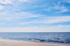 Spiaggia un giorno soleggiato fotografia stock
