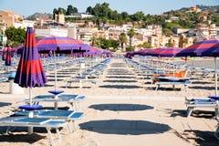 Spiaggia urbana della sabbia sulla Sicilia Immagini Stock Libere da Diritti