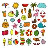 Spiaggia, vacanza e concetto di ricreazione Oggetti dell'icona di estate Icone disegnate a mano di stile di scarabocchio messe Au illustrazione vettoriale