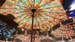 Spiaggia variopinta dell'ombrello archivi video