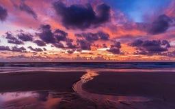 Spiaggia variopinta della copertura del cielo nuvoloso a Phuket Fotografia Stock