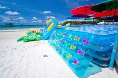 Spiaggia variopinta su un cielo blu Fotografia Stock