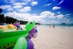 Spiaggia variopinta su un cielo blu Fotografia Stock Libera da Diritti