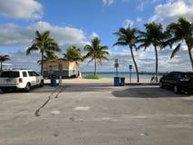 Spiaggia ventilata di Key West veduta dal parcheggio immagine stock libera da diritti