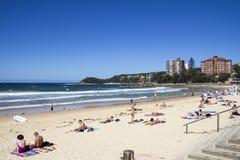 SPIAGGIA VIRILE, SYDNEY, AUSTRALIA 13 MARZO: La gente che si rilassa sul Fotografia Stock