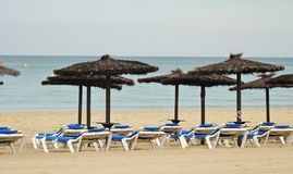 Spiaggia vuota alla conclusione della stagione fotografia stock libera da diritti