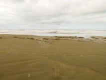 Spiaggia vuota con il cielo nuvoloso nel Brasile immagini stock libere da diritti