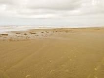 Spiaggia vuota con il cielo nuvoloso nel Brasile immagine stock