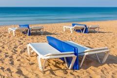 Spiaggia vuota con il mare ed i lettini Fotografia Stock