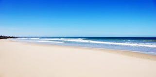 Spiaggia vuota con la sabbia bianca Immagine Stock
