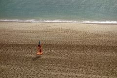 Spiaggia vuota con una torre del bagnino Immagini Stock Libere da Diritti