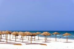Spiaggia vuota coperta di ombrelli in Susa, Tunisia fotografia stock