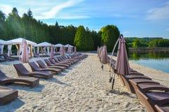 Spiaggia vuota del lago con i salotti Fotografie Stock Libere da Diritti