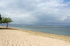 Spiaggia vuota di Bali un giorno nuvoloso fotografia stock libera da diritti
