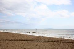 Spiaggia vuota dopo la tempesta sulla costa italiana Toscana immagine stock