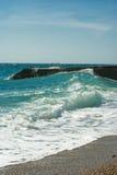 Spiaggia vuota e mare choppy Fotografia Stock Libera da Diritti