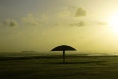 Spiaggia vuota e pulita dell'ombrello di Clifton durante il tramonto Immagine Stock