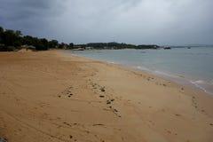 Spiaggia vuota in un giorno nuvoloso Fotografia Stock