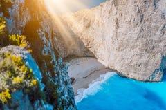 Spiaggia Zacinto di Navagio con il naufragio alla luce calda di mattina La Grecia immagine stock