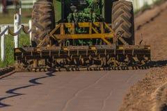 Spianatura del trattore della pista del cavallo della sabbia Fotografie Stock