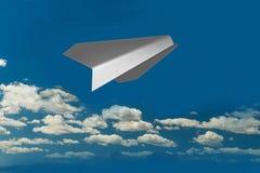 Spiani da carta nel cielo e nelle nuvole - la rappresentazione 3d Immagine Stock Libera da Diritti