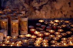 SPIAZZI, ITALIA - 15 de agosto de 2017: el santuario de Madonna de la corona, Verona, Lombardía, Italia muchas velas del burning  Imagen de archivo