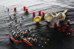 spice Close-up da pimenta de pimentão, das pimentas pretas, brancas e vermelhas, do sal, do alho, da cebola e da romã imagens de stock
