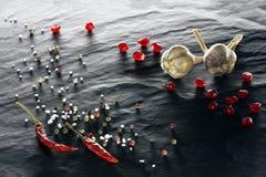 spice Close-up da pimenta de pimentão, das pimentas pretas, brancas e vermelhas, do sal, do alho e da romã foto de stock