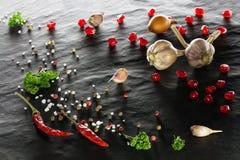 spice Close-up da pimenta de pimentão, das pimentas pretas, brancas e vermelhas, do sal, da salsa, do alho, da cebola e da romã fotografia de stock