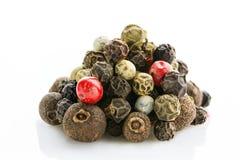 spice Grãos de pimenta da pimenta da Jamaica, os pretos, os brancos, os verdes e os vermelhos com um close-up pronunciado da text imagens de stock royalty free