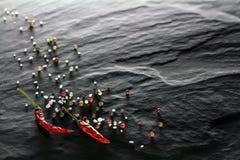 spice Pimentas de pimenta de pimentão, pretas, brancas e vermelhas, close up de sal foto de stock royalty free