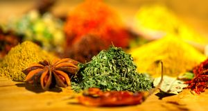 spice Várias especiarias indianas e fundo colorido das ervas Variedade dos temperos foto de stock royalty free