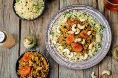 Spiced trita con le albicocche secche, gli anacardi ed il cuscus moro Fotografie Stock