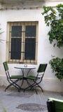 Spichtige stoelen in schaduwrijke afgezonderde binnenplaats royalty-vrije stock afbeeldingen